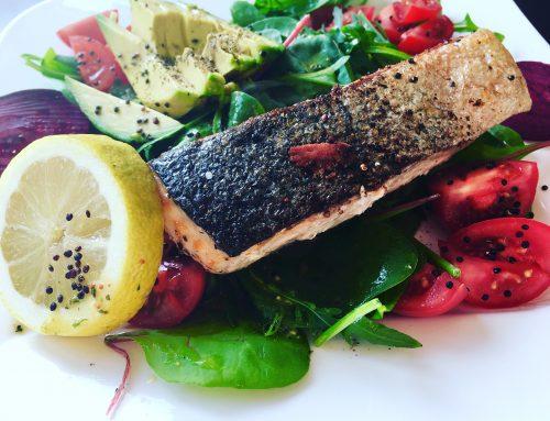 Grüner Power-Mix Salat mit Bio-Lachs